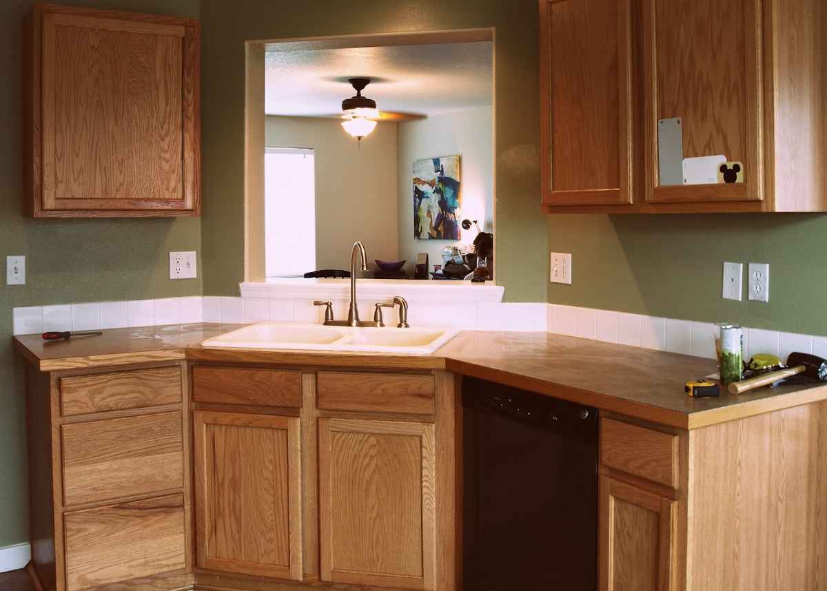 Cheap countertop ideas for your kitchen for Inexpensive wood kitchen cabinets